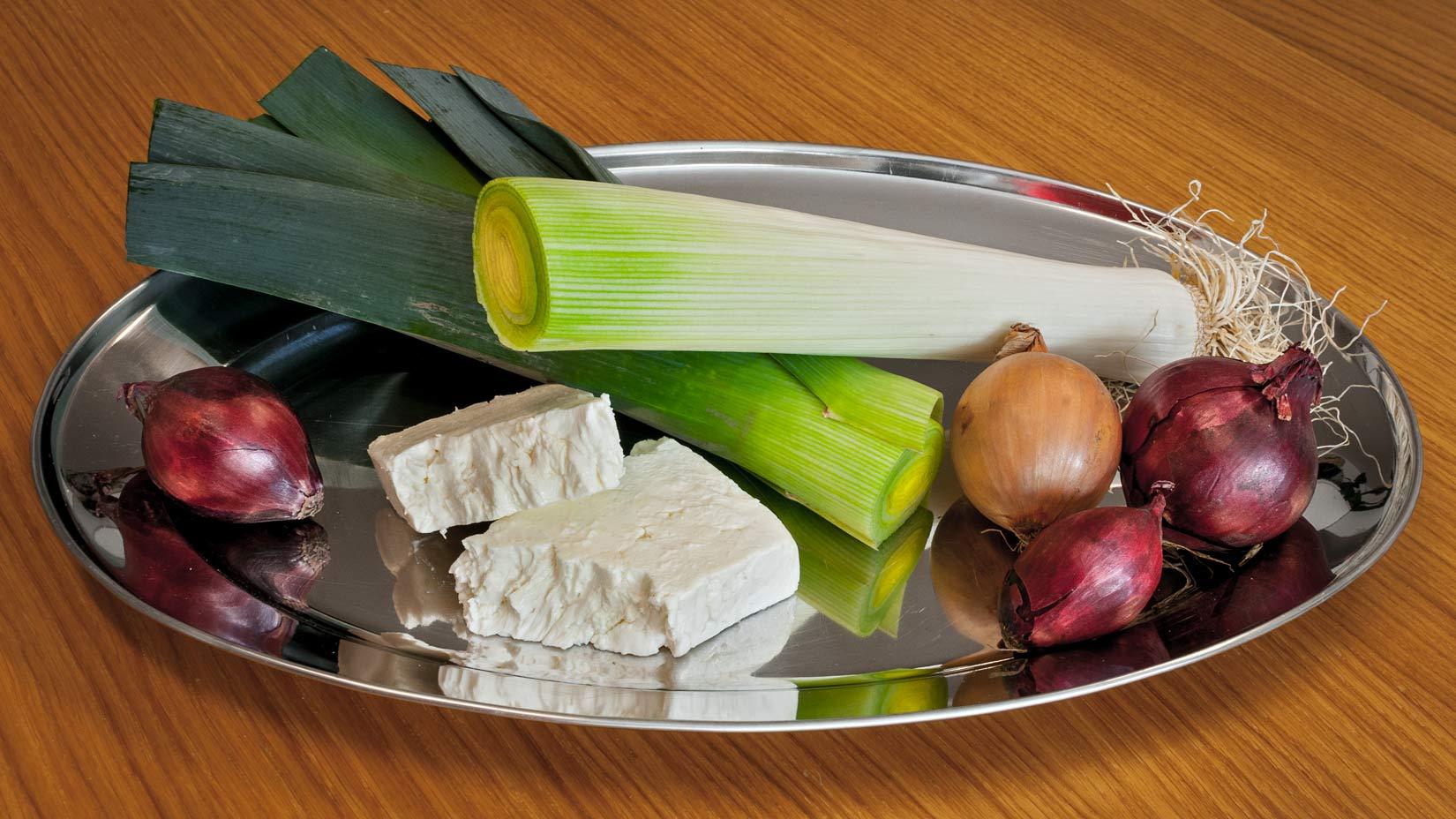 Základní suroviny pro prasópitu - pórek, balkánský sýr a cibule