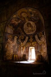 ukrývá uvnitř nádherné fresky