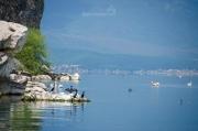 Loďka s námi pluje kolem západních skal na Velké Prespanské jezero