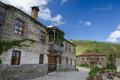 ... je to jediná vesnice v regionu Prespes , která zachovala všechny staré kamenné domy ...