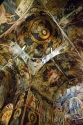 ... má velmi zajímavé fresky namalované ve třech různých fázích ...