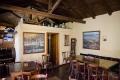 ... interiér s obrázky pelikánů a jezer ...