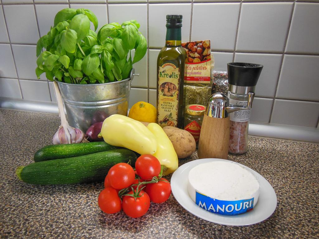 Doma jsem připravila briam tak, jak jsem ho ochutnala v krétské taverně, kupodivu s převahou cuket, brambor a lahodným sýrem Manouri