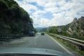 za Katlanovo oba směry dálnice oddělují kopce. Hodně zajímavá je jízda v levém pruhu do zatáčky, když nevidíte druhý směr :)