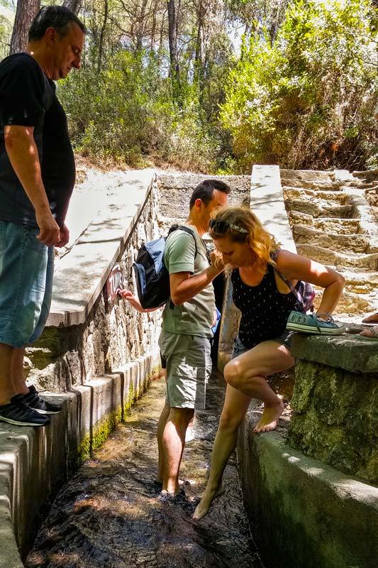Vodní tunel svádí část vody k umělému vodopádu a procházka tímto tunelem je nezapomenutelný zážitek, hlavně pro klaustrofobika...