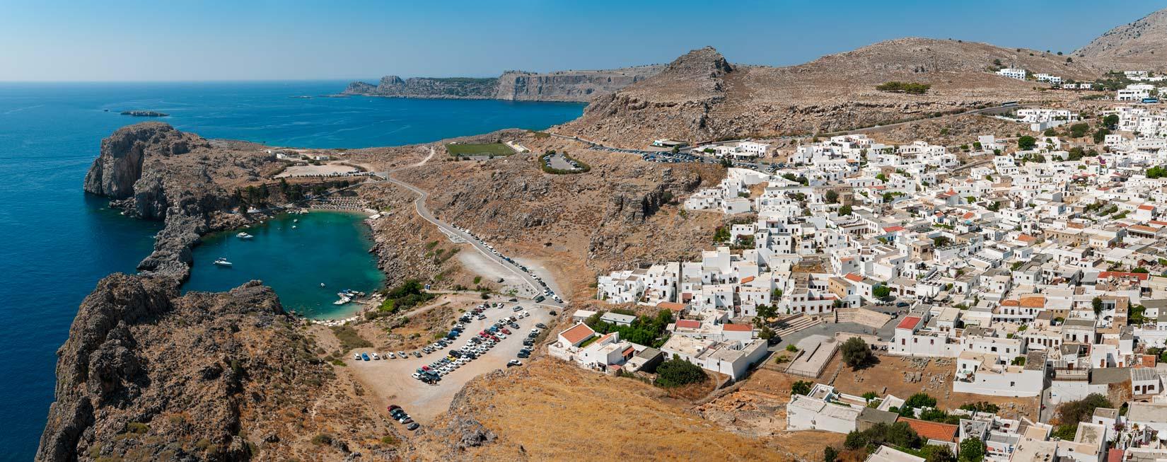 Městečko Lindos a Aghios Pavlos paralia jako na dlani z cimbiří Acropole Lindos - to si prostě nesmíte nechat ujít