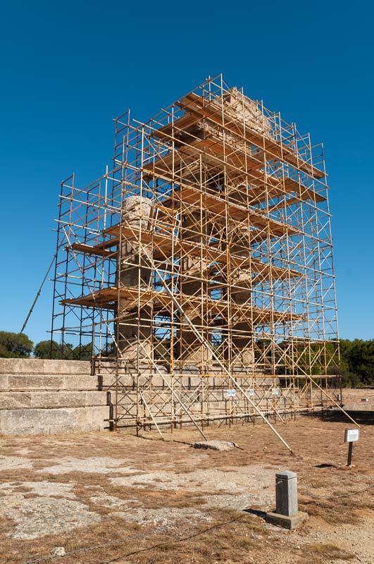 Apollonův chrám, tedy jeho zbytky, navíc v rekonstrukci...