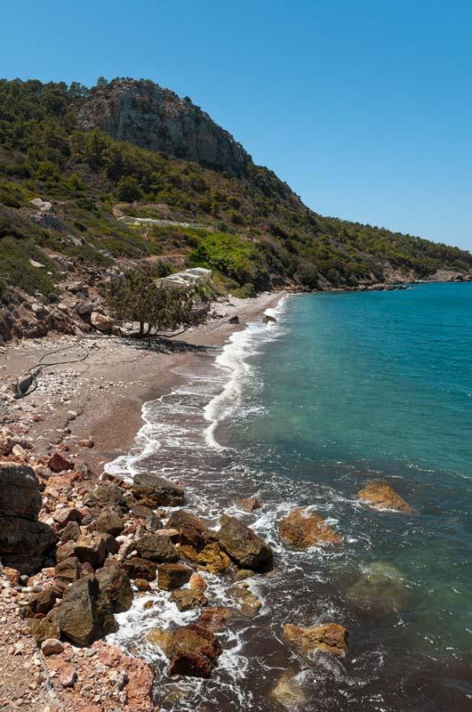 Pláž Vouria II leží za kamenným ostrohem a nabídne vám naprostou samotu uprostřed divokého Rhodosu