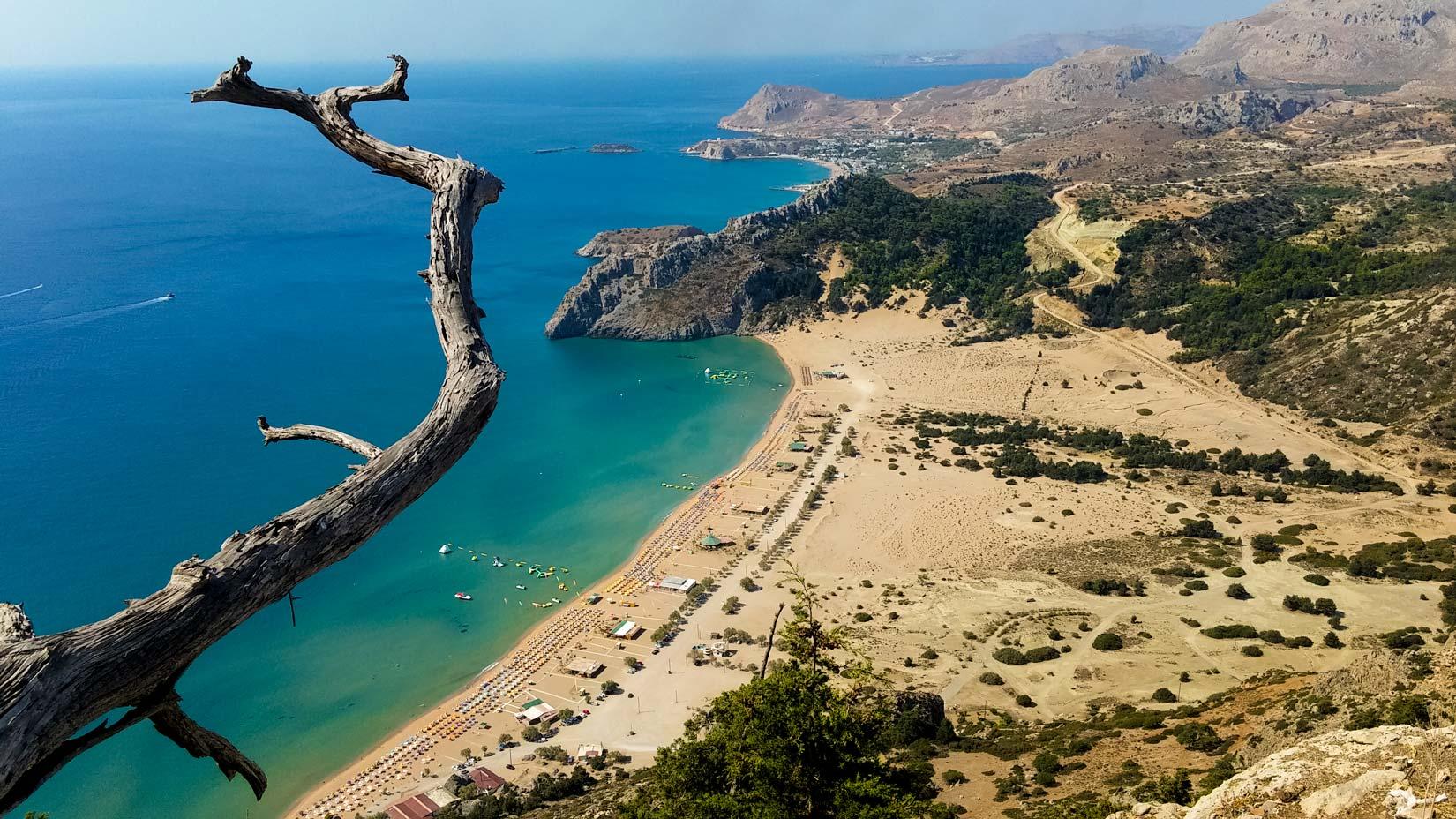 Tsambika. Nádherná pláž nesoucí jméno podle kaple Tsambika Kira tyčící se na strmém kopci nad ní. Tsambika znamená v místním dialektu Jiskřivá...