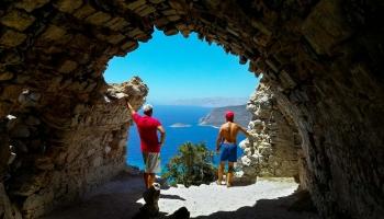 Výhled z nejzachovanější stavby hradu Monolithos vás dostane do kolen, vychutnejte si tento okamžik plnými doušky...