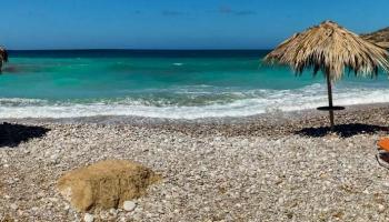 Alyki beach. Jedna z nejkrásnějších pláží divokého severu leží asi 10 minut pod Monolithosem.