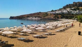 Pláž pod Acropolí Lindos. Doporučujeme si přivstat a obsadit plážový set před hlavním náporem romantiků... nejlépe kolem 9. hodiny ráno