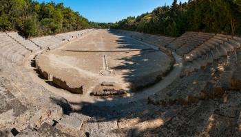 Historické Stadium pod Apollonovým chrámem zrekonstruované v období italské správy ostrova i dnes nabízí svůj ovál k proběhnutí. Poseďte a podumejte nad věčností kamene.