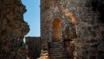 Hrad Asclipio se trochu vymyká ostatním Johanitským sídlům na Rhodu - daleko od pobřeží skýtá ochranu širokému okolí