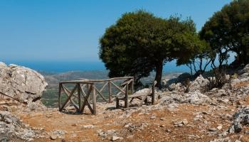 Tak jsme konečně tady... Vrchol strmého výstupu k Profitís Ilias nabízí nádherné panoramata ze 450 metrů vysokého převýšení