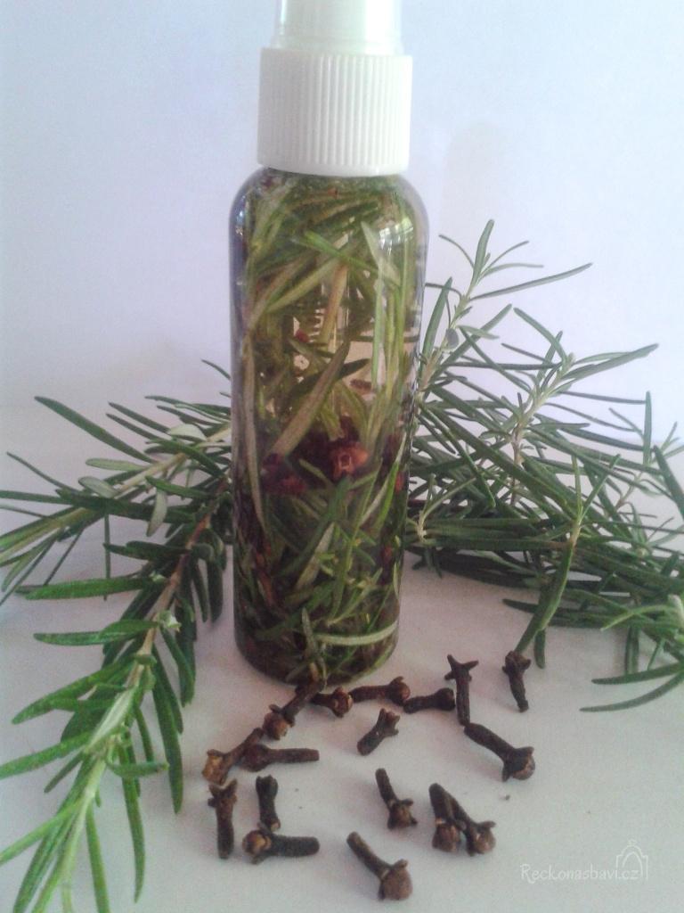 Postup na výrobu přírodního repelentu z rozmarýnu: