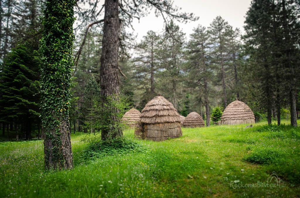 Sarakatsaniki Stani - každá rodina měla jednu vlastní osadu. Jiná rodina např. Karvounaioi žili v jiném místě v horách.