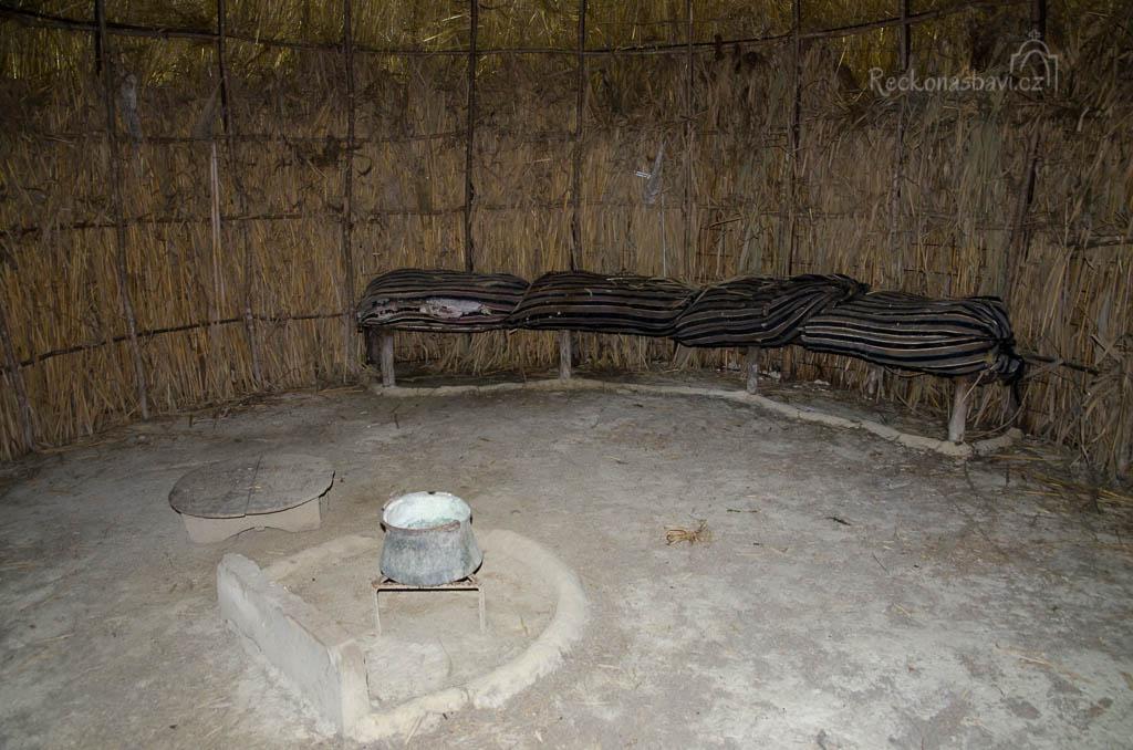 3.1 Skromný interiér s ohništěm uprostřed. Pytle s vlnou se používaly jako polštáře, když spaly děti na zemi