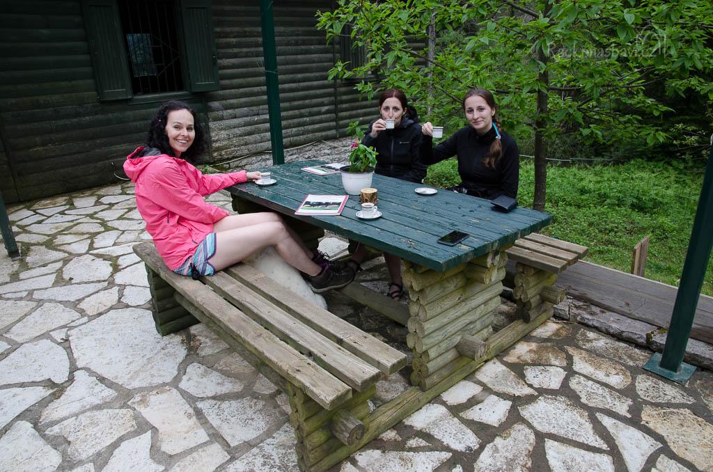 příjemné posezení nad šálkem řecké kávy před chatou