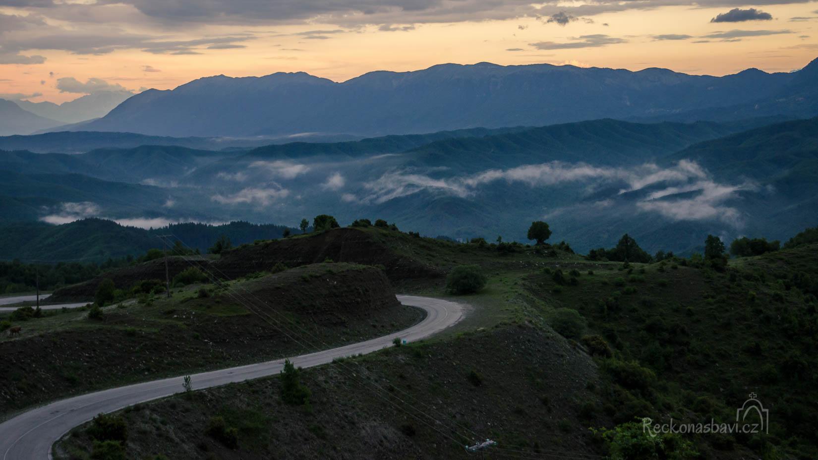 pozorujeme večerní mlhy v údolích