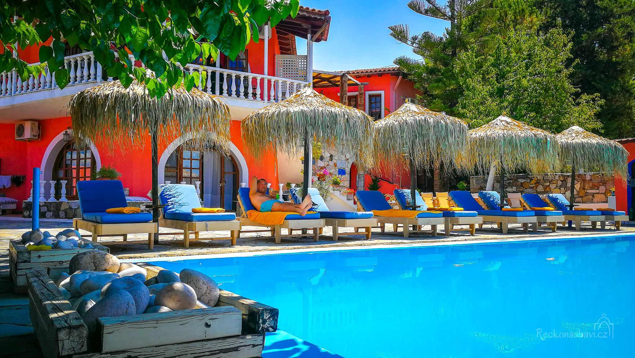 Ilios studios v Pefki jsou takovým barevný rájem ukrytým mezi stromy.