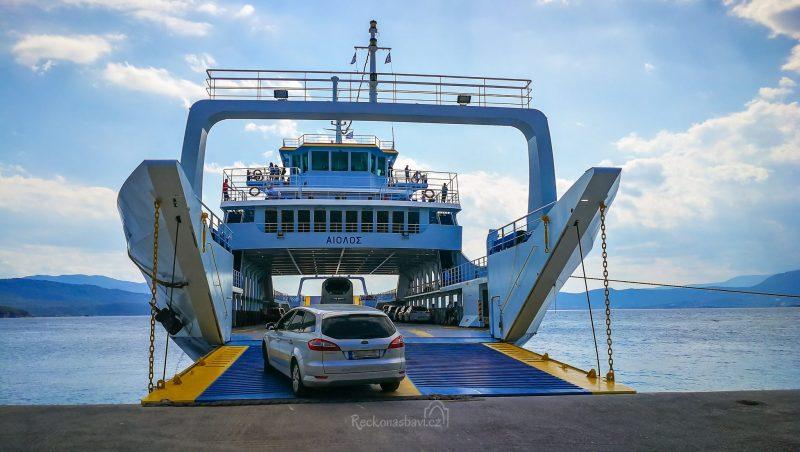 Stačí skočit v přístavu Glyfa na trajekt a za pár minut se ocitneme na ostrově Evia, který je vyhlášený díky svým termálním horkým pramenům v Loutra Edipsos.