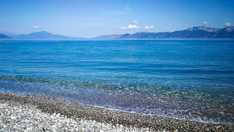 Pefki je ideální přímořské městečko s nejrozvinutějšími turistickými službami v severní části Evie. Kromě velice dlouhé oblázkové pláže, se tu můžete večer projít po promenádě, navštívit jednu z mnoha taveren, barů či obchůdků.