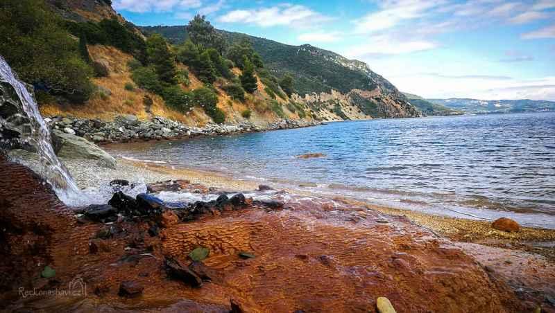 Termální pramen Ilia (Hot Spring Ilia) má teplotu přes 50°C a vyvěrá hned pod silnicí u pláže.