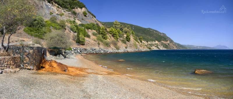 Můžete se tu vykoupat na dlouhé pláži se zázemím několika taveren, ale hlavní paráda vás čeká na východním konci pláže.