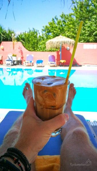 co si tak dát u bazénu... ideálně Frappé, metrio me polý gála :)