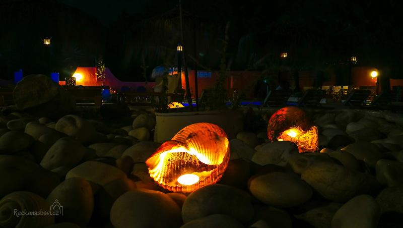 Noční cesta do apartmánu při svíčkách ukrytých v mušlích. Opět práce paní Andrey :)