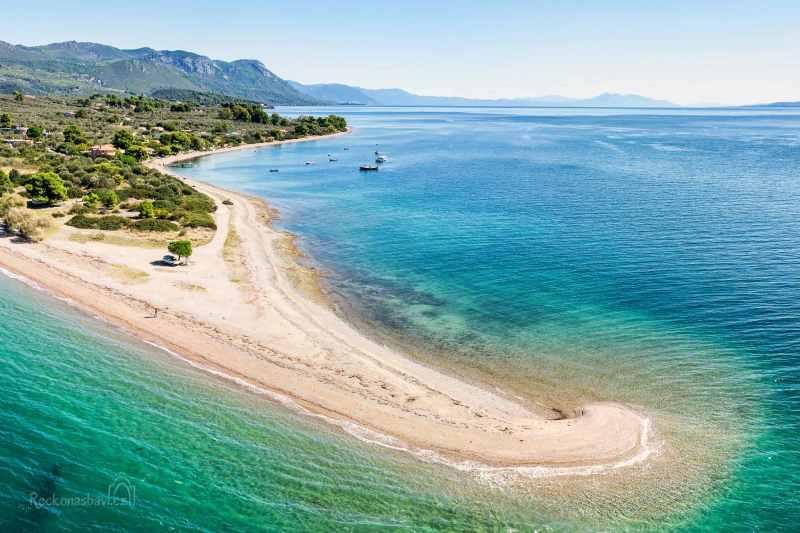 Kavos beach je výchozím místem pro lodní výlety k ostrůvkům Lichadonisia