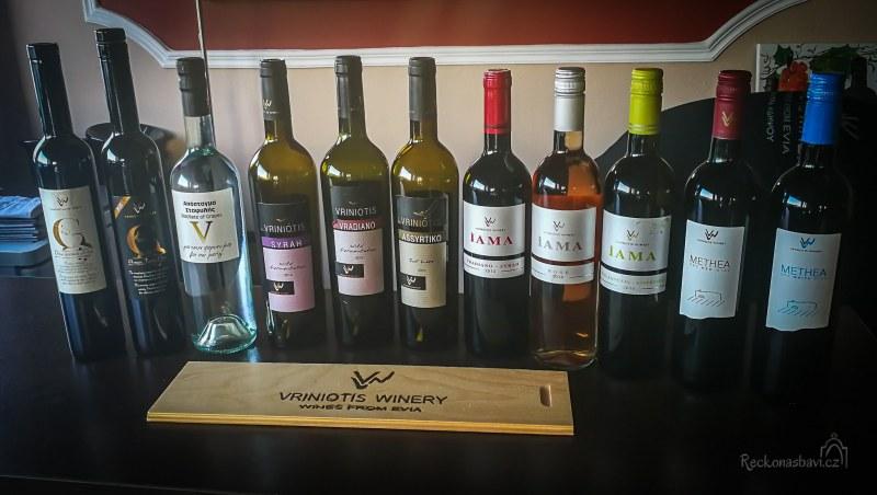 K dispozici jsou degustační balíčky s místními sýry. Vzácná řecká odrůda vína - Vradiano se pěstuje pouze tady na úpatí hory Telethrio.