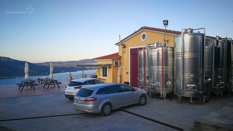 Vinařství je otevřeno po celý rok, nabízí degustační místnost sousedící s velkou terasou.