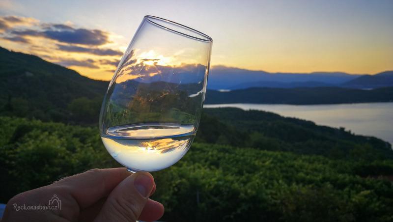 Nejlepšího panoramatického výhledu si dopřejete z vinařství Vriniotis Winery, které zhlíží do zátoky přímo z vinic nad pláží Mylos, poblíž vesnice Gialtra.