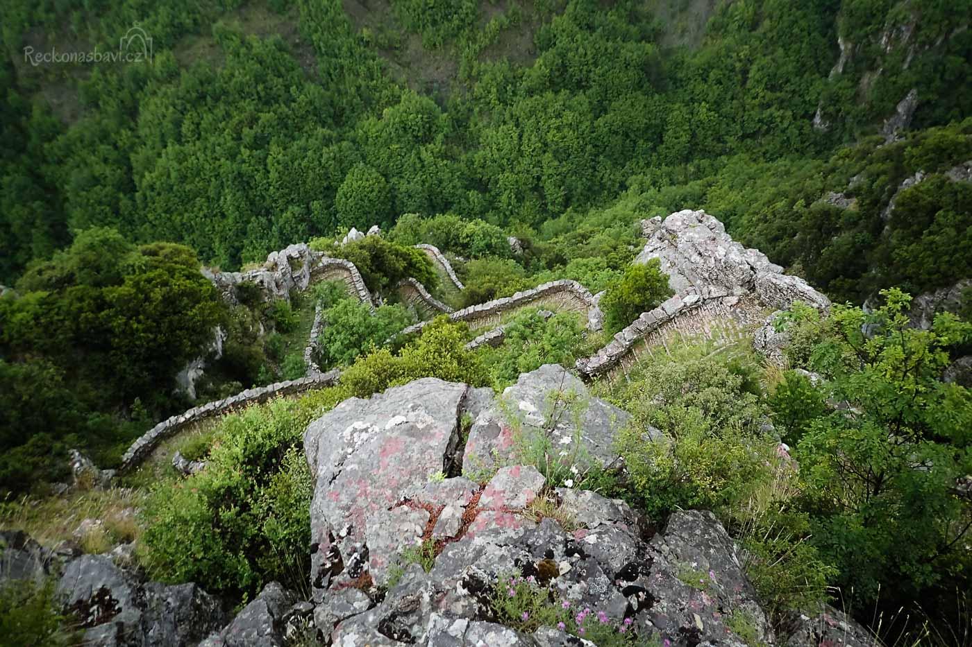 Slavná stezka Skala Vradeto (Σκάλα Βραδέτου)  s více jak 1000 schody a 39 zatáčkami, která překonává ve skalní stěně na 250 výškových metrů!