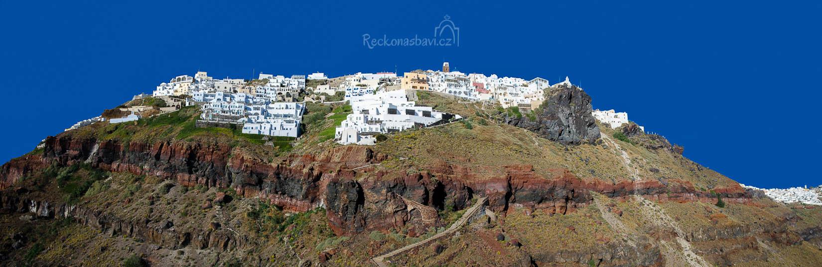 panoramatický pohled na Imerovigli ze Skarosu... bílá vesnice přilepená na hraně kaldery