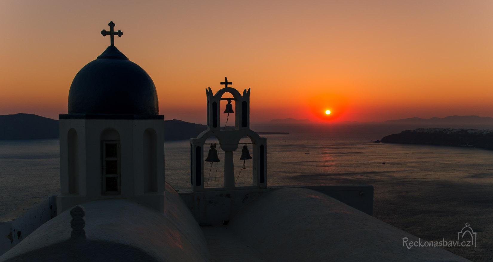 Panaghia Theokepasti je jedno z dalších míst, kde si můžete dopřát jedinečný západ slunce. Vpravo Oia, vlevo ostrov Therasia.