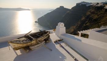 pohled na Skaros a Imerovigli z letoviska Fira. Tuhle loďku najdete snad v každém albu ze Santorini :)