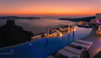 na Skaros nemusíte pěšky, stačí se koukat z hotelového bazénu! Volba je na vás :)