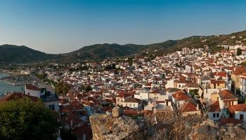 Stojím na cimbuří Kastra, dominanty přístavu Skopelos a vyhlížím slunce, které vychází spoza ostrova Alonnisos