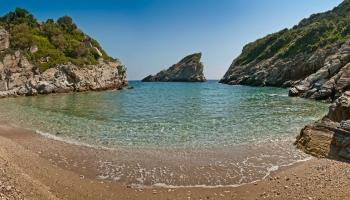 Na dohled od monumentálního Ag. Ioannis leží divoká pláž Spilia bez servisu, zato s malou jeskyní, ukrytou v zátoce na úrovni hladiny. K pláži vede pouze stezka pro pěší, klikatící se zalesněným svahem.
