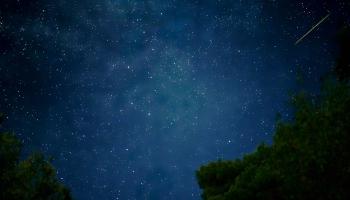 V ruce sklenku Retsiny se Spritem v poměru 3:2 (téměř jako Zlatý řez... báječně to chutná), nad hlavou hluboký vesmír, vedle mne pravidelně cvaká Nikon, mapujíc dráhu hvězd nad Skopelosem... i meteor jako příjemný bonus