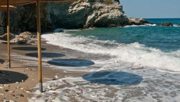 Za skaliskem napravo od parkoviště a na dohled od Ag. Ioanis leží plážička Kastri. Nejlépe si vychutnáte samotu této pláže tak do desíti dopoledne, pak se začnou rojit fanynky Mamma Mia.