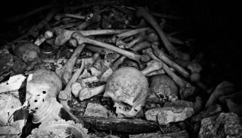 Tajemná komůrka pod klášterem Tachiarchon skrývá hrůzné tajemství - na jednu hromadu navršen bezpočet lidských ostatků. Hnáty a lebky pokryté patinou věků, lebky příliš malé na to, aby patřily mnichům...
