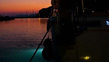 Milionářům v přístavu Skopelos začíná další noční šichta...