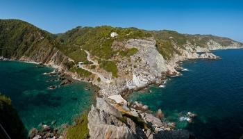 Výhled z Ag. Ioannis - výhled nejen pro bohy. Vpravo vykukuje skalisko u pláže Spilia