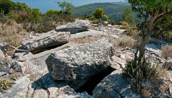 Ve skutečnosti je vznik těchto fragmentů datován (údajně) do mladší doby kamenné. Každopádně má místo zvláštní atmosféru i pro jedince vůči okultizmu silně odolné