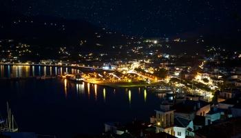 Noční Skopelos. Foťák pod paži, partnerku do počtu (kecám, nosila stativ) a vyrážíme do víru velkoměsta