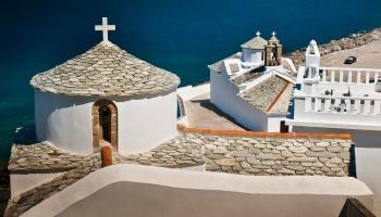 Z pevnosti Kastro nad přístavem vedou schody až na nábřeží a cestou míjíte jeden kostelík za druhým
